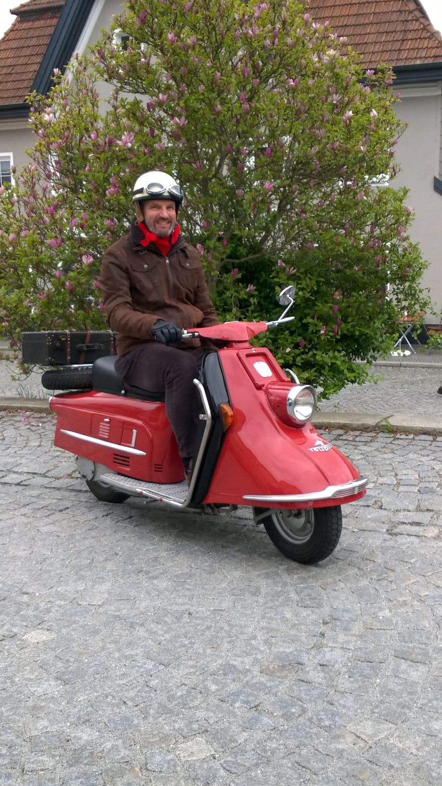 Klasse Foto Herr Listl. Unser Koffer macht sich sehr gut auf Ihrer Henkel Tourist von 1962. Erste Ausfahrt zur Motorradweihe in Ortenburg / Niederbayern. Weiterhin gute Fahrt mit Ihrem tollen Roller. Wir lieben das Foto. ❤️